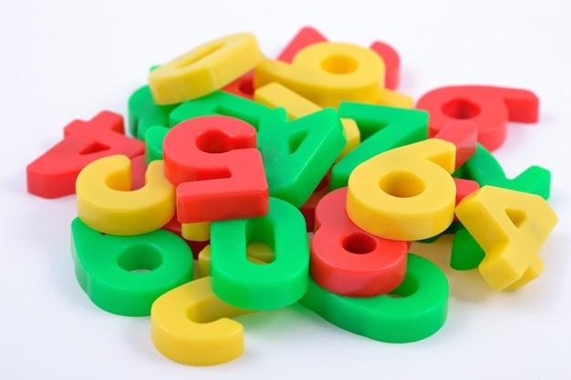 白のカラフルなプラスチックの数字