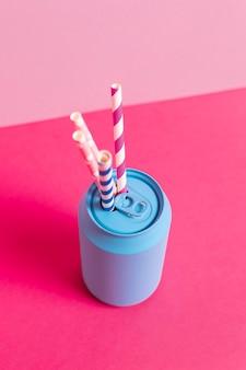 Raccolta di paglia di plastica colorata in lattina