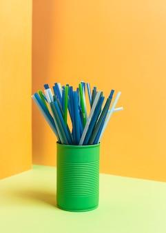 Коллекция красочных пластиковых соломинок в банке