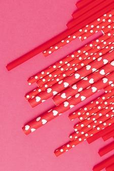 Vista dall'alto di raccolta paglia di plastica colorata