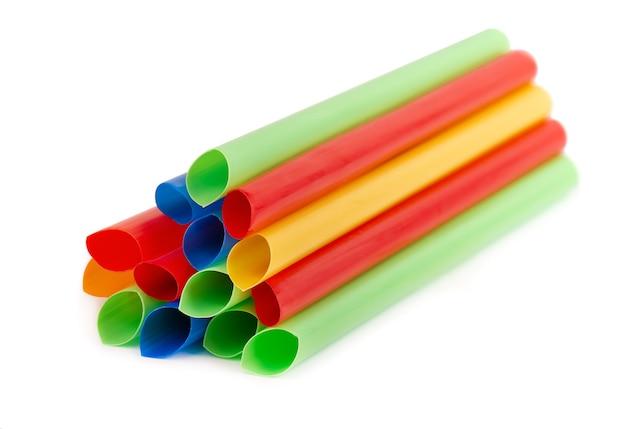 Красочные пластиковые соломинки, изолированные широкие соломинки для коктейля пузырькового чая.