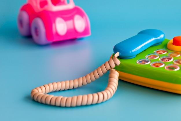 Разноцветные пластиковые игрушки на синем для детей