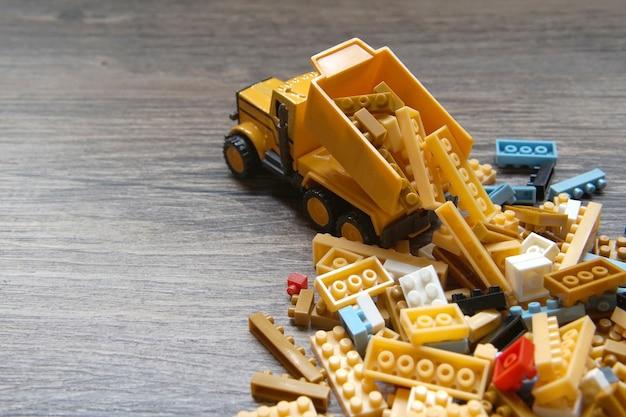 Красочные пластиковые игрушки на деревянной доске
