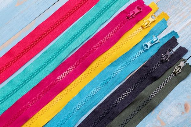 다채로운 플라스틱 지퍼 줄무늬 패턴 배경 가까이