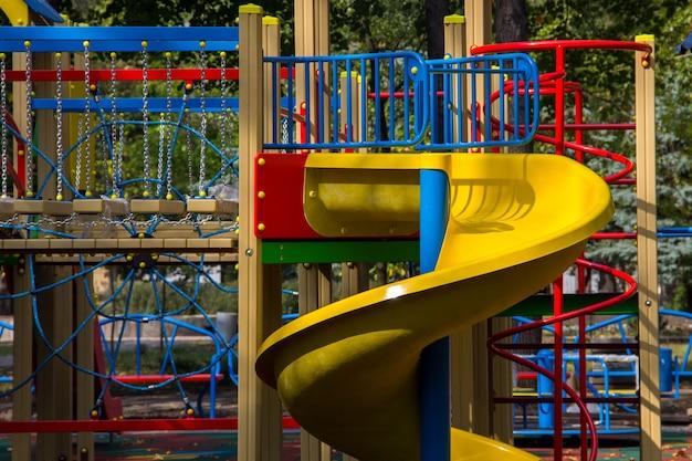 공원에서 아이들을 위한 다채로운 놀이터 장비