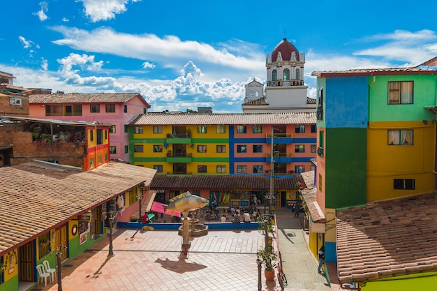 Guatape 콜롬비아에있는 교회와 다채로운 광장