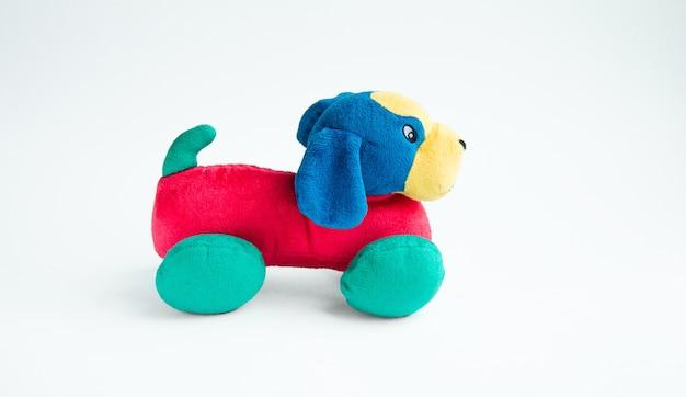 Красочные плюшевые игрушки собака плюшевые на белом фоне зеленый красный синий собака