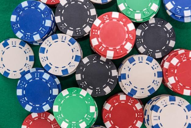 녹색 테이블에 다채로운 포커 칩