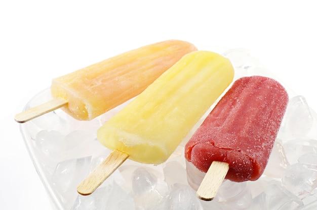 氷のボウルにカラフルなアイスキャンディー
