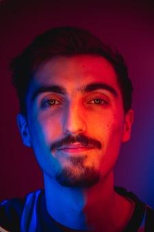 口ひげを持つ若い男のカラフルな肖像画