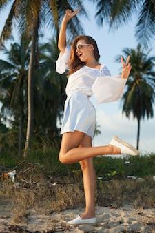 Ritratto colorato di giovane donna attraente che indossa occhiali da sole. stile elegante di bellezza estiva, donna in stile estivo, alla moda, alla moda e casual, marina