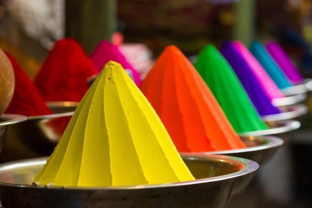 인도 카르 나 타카 마이소르의 데바 라자 시장에서 다채로운 분말 콘. holi 축제 전통 색상, 인도 문화 개념