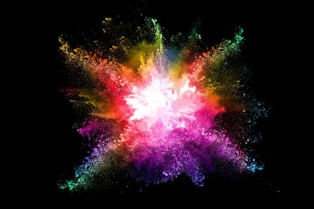 Красочный взрыв порошка на черном фоне.