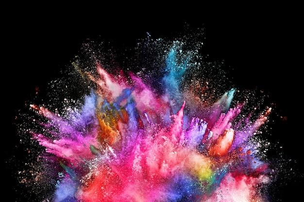 Красочный взрыв порошка на черном фоне