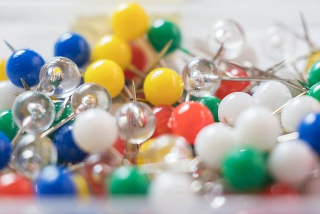 Красочные канцелярские кнопки или канцелярские кнопки крупным планом