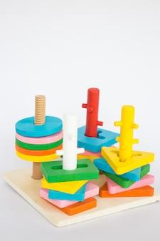 흰색 테이블에 화려한 퍼즐 나무 장난감