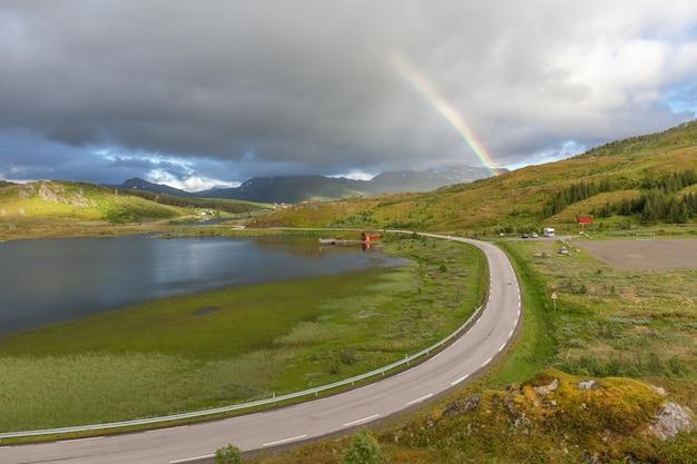 ロフォーテン諸島のunstadへの道の上のカラフルな虹