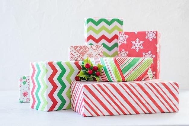 カラフルな赤と緑のクリスマスギフトボックス