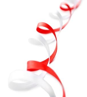화려한 빨간색과 흰색 리본 흰색 절연