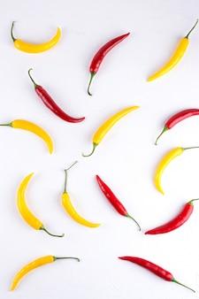 白地にカラフルな赤と黄色の唐辛子の背景パターン