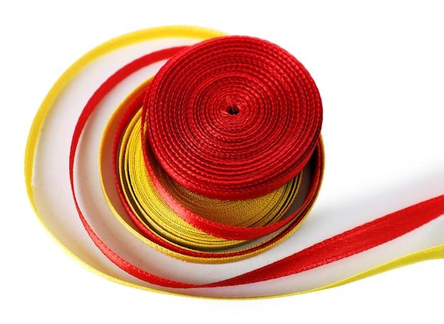 화려한 빨간색과 노란색 리본 흰색 절연