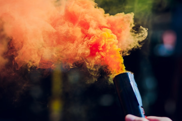アクションでカラフルな赤い煙爆弾