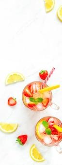 カラフルなさわやかなイチゴレモネードジュースは夏に飲みます
