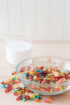 Красочные рисовые хлопья, молоко и красное яблоко. здоровый быстрый завтрак. деревянный фон копировать пространство вертикальная. выборочный фокус.