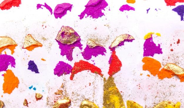 Красочная грубая текстура гипсолита на белой предпосылке. закройте вверх по текстуре художественного произведения grunge стены.
