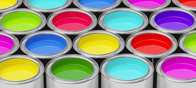 Красочные ряды открытых металлических банок с краской
