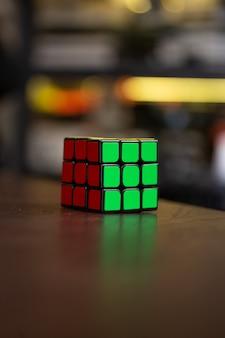 Красочный кубик рубика на столе