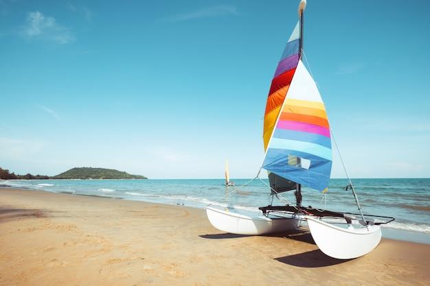 夏の熱帯のビーチでカラフルなヨット