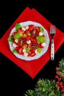 装飾が施されたクリスマスディナー用のカラフルなサラダ。上面図。