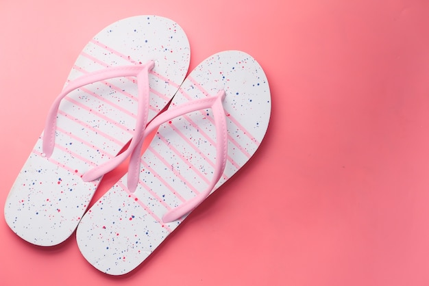 Разноцветные сандалии на розовом фоне сверху вниз