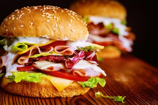 ハンバーガーパンとハムのカラフルなサンドイッチ