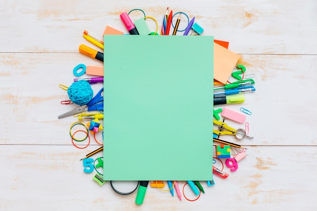 Materiale scolastico colorato e carta verde.