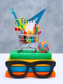 다채로운 학 용품 쇼핑 바구니 복사 텍스트 공간이 회색.
