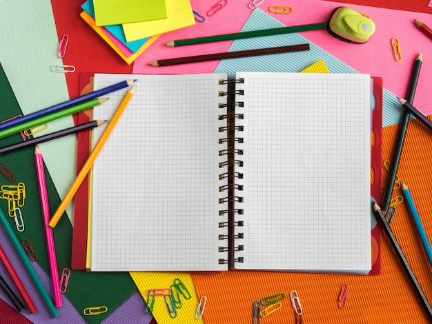 Красочный школьный стол