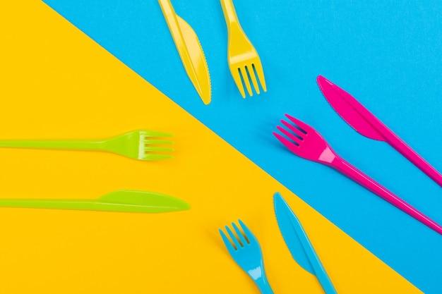 Красочный набор ярких вилок и ножа, изолированных на черном