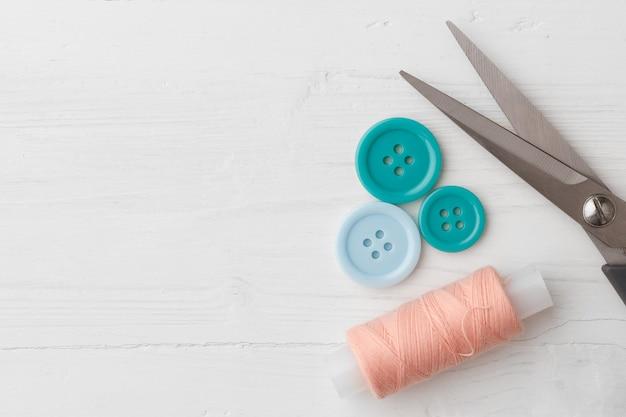 Красочные швейные аксессуары на белом деревянном столе