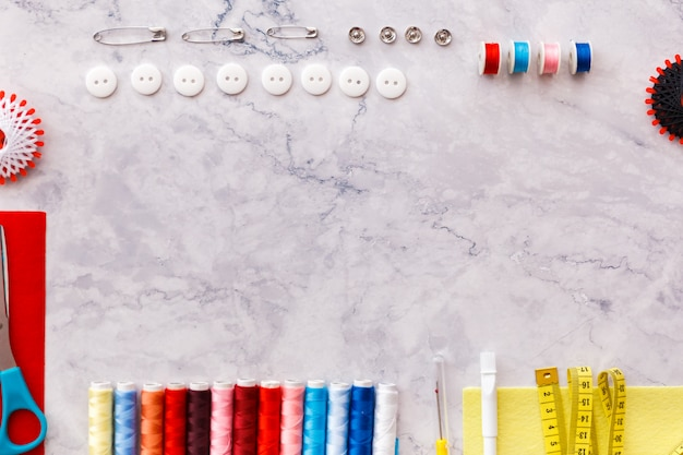 カラフルな裁縫と仕立てのツールと明るい背景上のアイテム