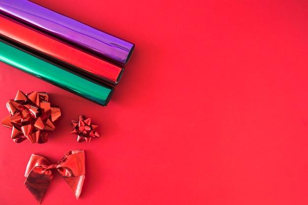 Красочная блестящая блестящая бумага с набором лука на фоне