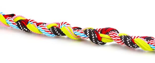 Красочные шнурки в косичке изолированы