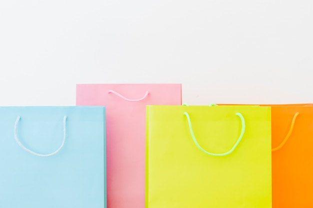 흰색 표면에 화려한 쇼핑 가방