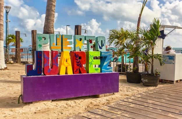 Красочный знак пуэрто-хуарес, откуда можно сесть на паром до исла-мухереса.
