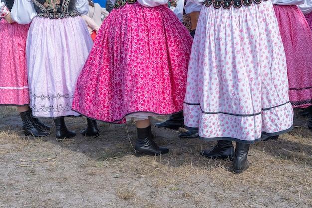 Разноцветные юбки на молодых девушках во время фестиваля в украине. закрыть вверх
