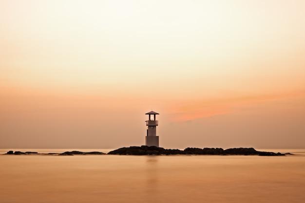 Красочное небо после заката за маяком