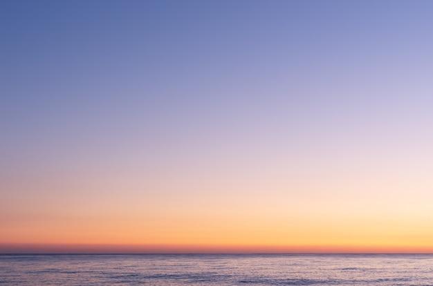 日没後のカラフルな空。日没