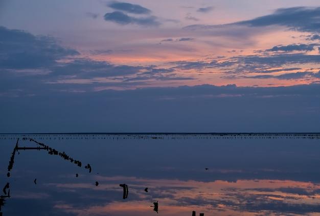 夕日に映る塩湖の色とりどりの空と色とりどりの水