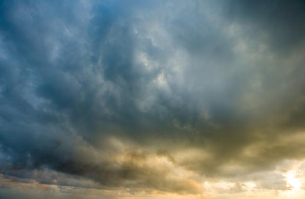カラフルな空と日の出。自然の景観